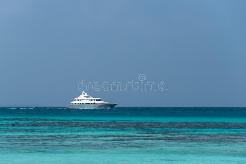 Wielki intymny motorowy jacht pod wyjściem przy morzem zdjęcie stock