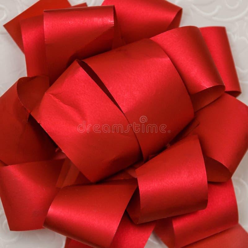 Wielki jaskrawy i piękny łęk czerwona papierowa taśma zdjęcie royalty free