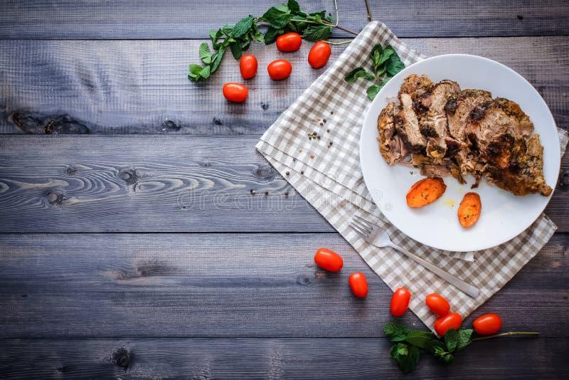 Wielki kawałek piec mięsa życie na lekkim drewnianym stole Wciąż zdjęcia royalty free