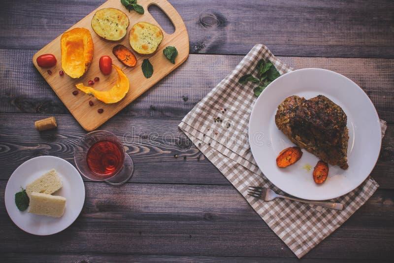 Wielki kawałek piec mięsa życie na lekkim drewnianym stole Wciąż zdjęcie royalty free