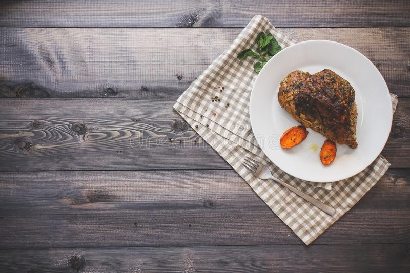 Wielki kawałek piec mięsa życie na lekkim drewnianym stole Wciąż zdjęcia stock