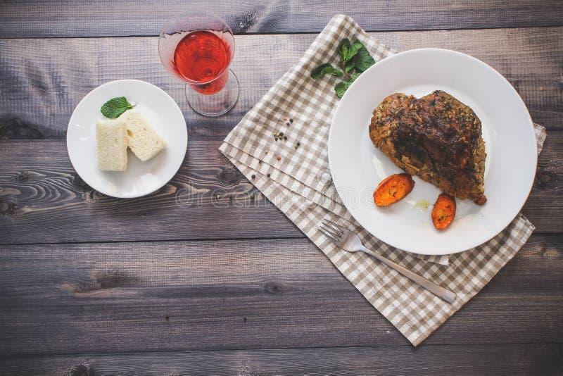 Wielki kawałek piec mięsa życie na lekkim drewnianym stole Wciąż obraz stock
