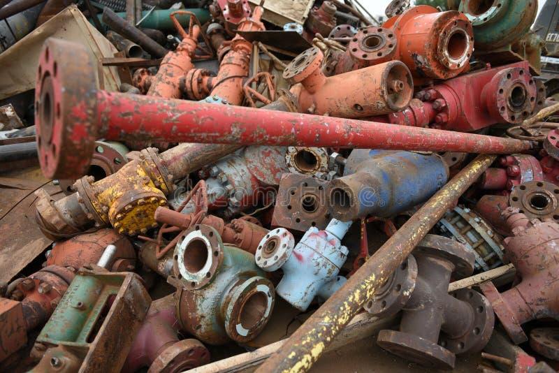 Wielki kolorowy stos odrzucający przemysłowy złomowy żelazo dla złomu przetwarzać zdjęcia royalty free