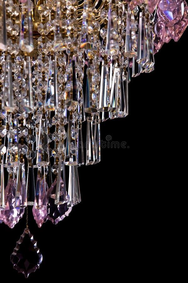 Wielki krystaliczny świecznik z różowymi kryształów szczegółami odizolowywającymi na czarnym tle obraz stock
