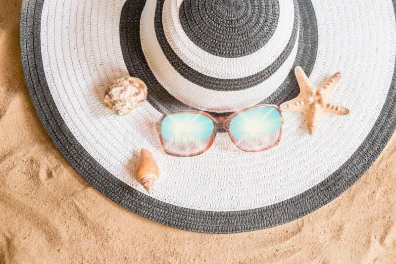 Wielki lato kapelusz, okulary przeciwsłoneczni i seashells, zdjęcia stock