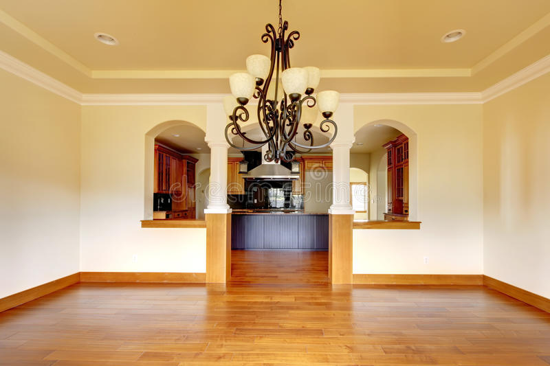 Wielki luksusowy jadalni wnętrze z kuchnią i łuk. zdjęcia stock
