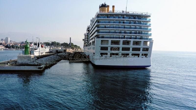 Wielki luksusowy krążownik w Rozszczepionym schronieniu zdjęcia royalty free
