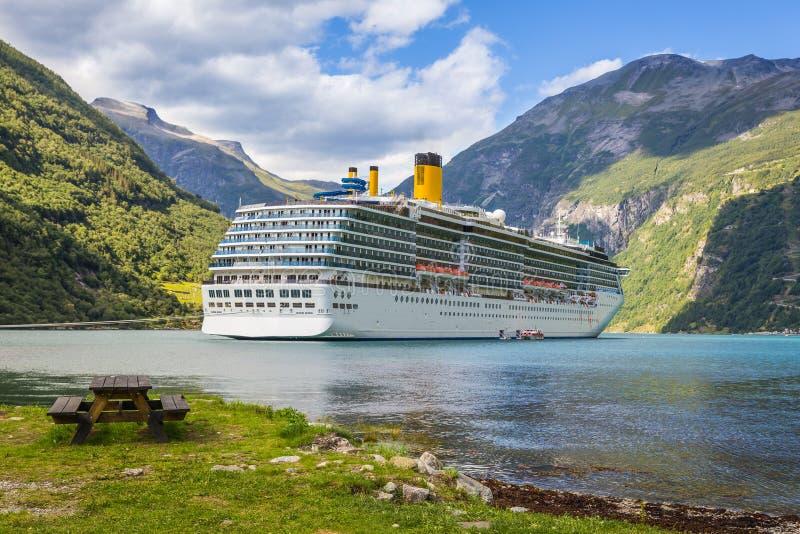 Wielki luksusowy statek wycieczkowy w Norwegia fjords fotografia royalty free