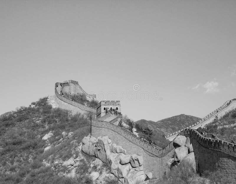 Wielki Mur Chiny: Czarny i biały widok sekcja na halnej grani pod jasnym niebem fotografia stock