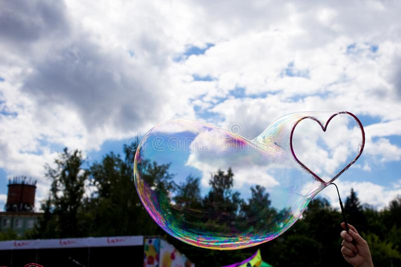 wielki mydlany bąbel w formie serca w niebie zdjęcie stock