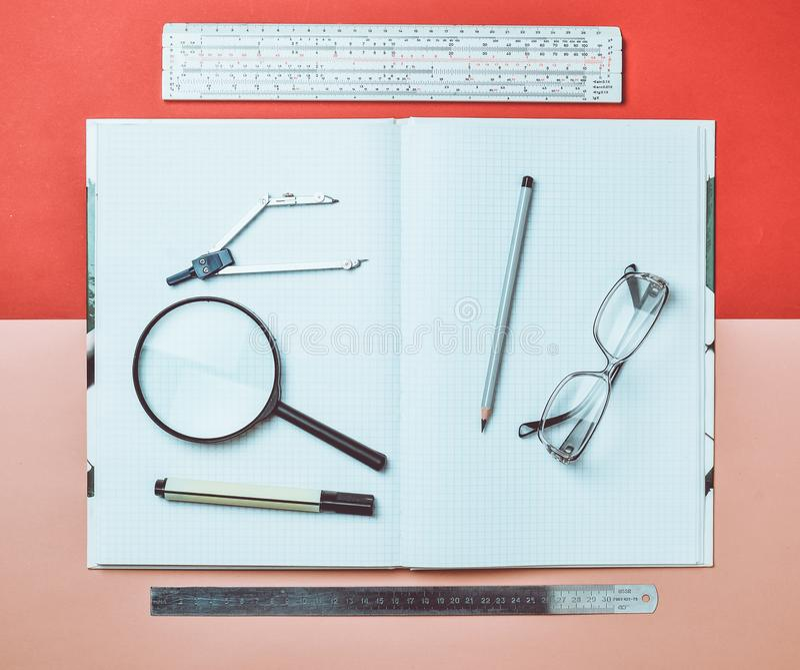Wielki notatnik dla notatek i brulionowości z materiały protestuje dla ucznia Władca, markier, ołówek, powiększa - szkło, kompasy zdjęcie royalty free