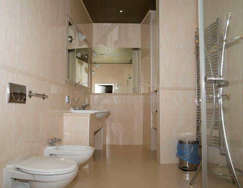 Wielki nowożytny łazienki wnętrze z podłogą stropować taflować i luksusowi dopasowania fotografia royalty free