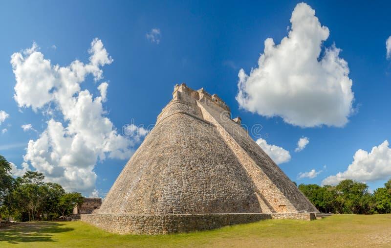 Wielki ostrosłup magik w Uxmal archeological miejscu, touri fotografia stock