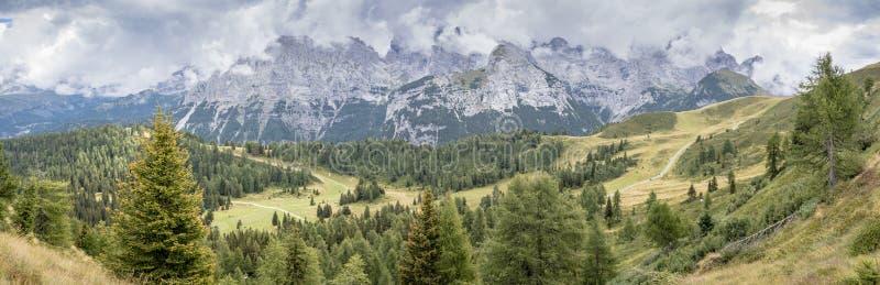 Wielki panoramiczny góra krajobraz w lecie obrazy stock