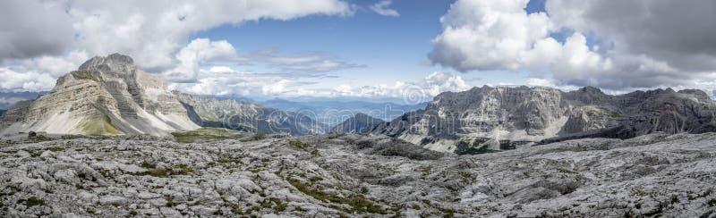 Wielki panoramiczny góra krajobraz w lecie brać przy wysoką wycena zdjęcia stock