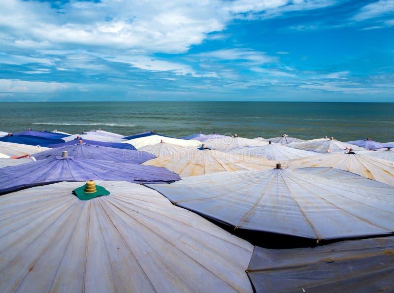 Wielki parasol tłoczący się along jest plażowy zdjęcie royalty free