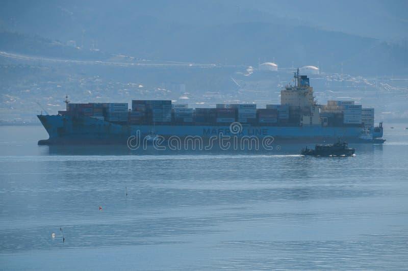 Wielki pełny ładowny zbiornika statek iść przez zatoki zdjęcie royalty free