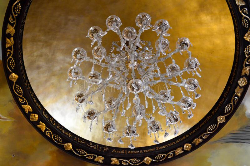 Wielki piękny luksusowy krystalicznego szkła świecznik z, rama złociści ornamenty na wysokości i drylujemy cei fotografia royalty free