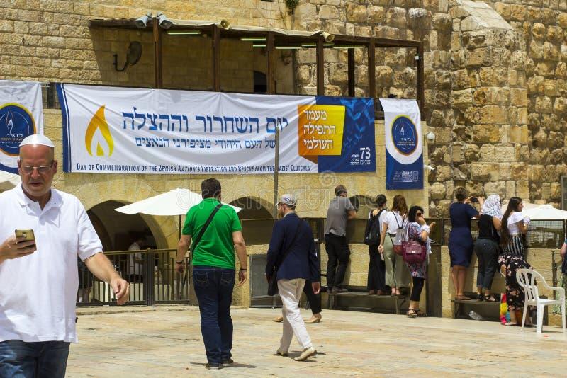 Wielki plakat w hebrajszczyźnie wiesza przy Zachodnią ścianą w Jerozolima obraz stock