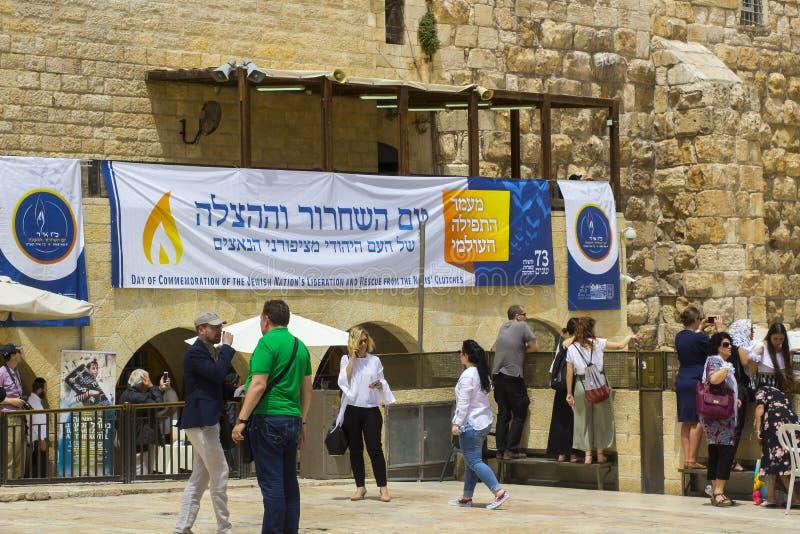 Wielki plakat w hebrajszczyźnie wiesza przy Zachodnią ścianą w Jerozolima obrazy royalty free