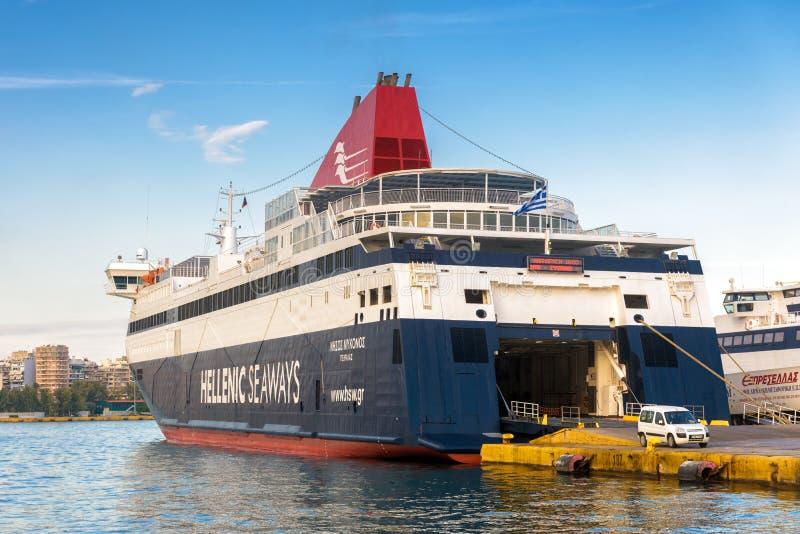 Wielki prom dokował w porcie morskim, Piraeus, Grecja zdjęcie stock