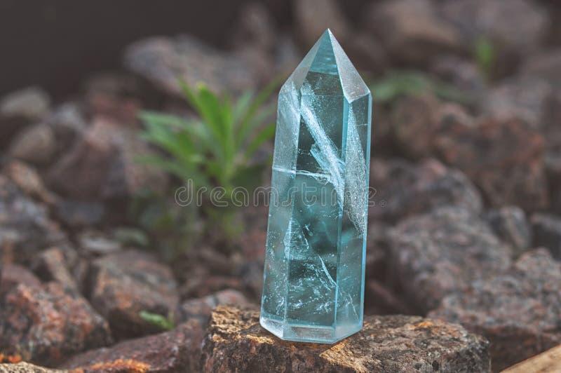 Wielki przejrzysty mistyczny faceted kryształ barwiony błękitny szafir, topaz na kamiennym tła zakończeniu Cudowna kopalna kwarc zdjęcie royalty free