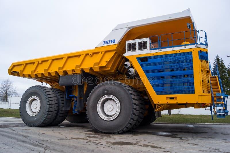 Wielki Przemysłowy Górniczy usyp ciężarówki BelAZ tło obrazy royalty free