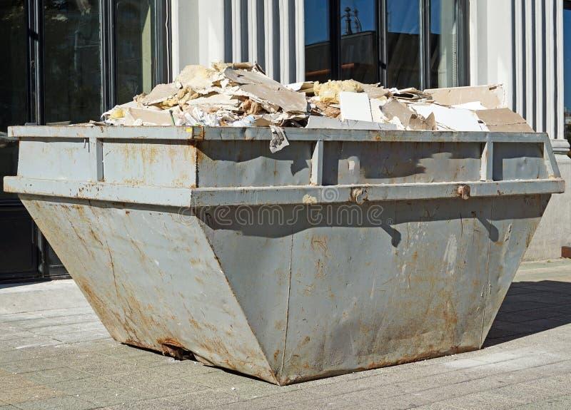 Wielki przemysłowy pojemnik na śmiecie na ulicie obraz stock