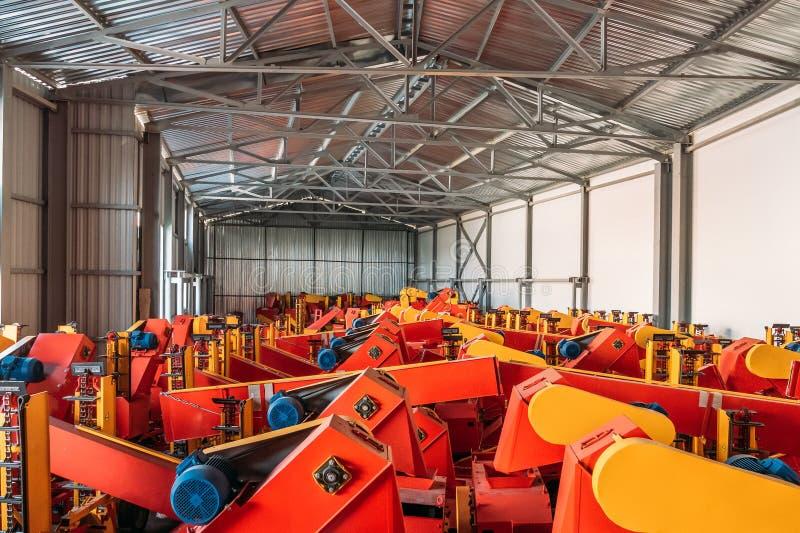 Wielki przestronny hangar lub magazyn z przemysłowymi rolniczymi maszynami i syndykatami fotografia royalty free