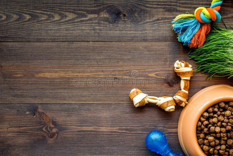 Wielki puchar zwierzę domowe - psi jedzenie z zabawkami na drewnianym tło odgórnego widoku mockup obraz royalty free