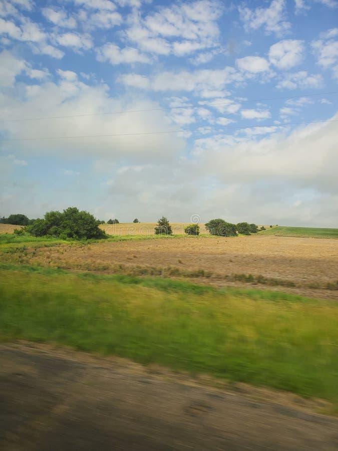 Wielki równina krajobraz w Nebraska z niebieskimi niebami fotografia stock