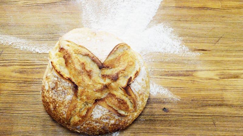 Wielki Round bochenek chleb na biurku obraz stock