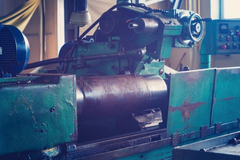 Wielki round kawałek wspina się na maszynie i przygotowywa dla machining, mlejący wielkiego dyszel na maszynie obraz stock