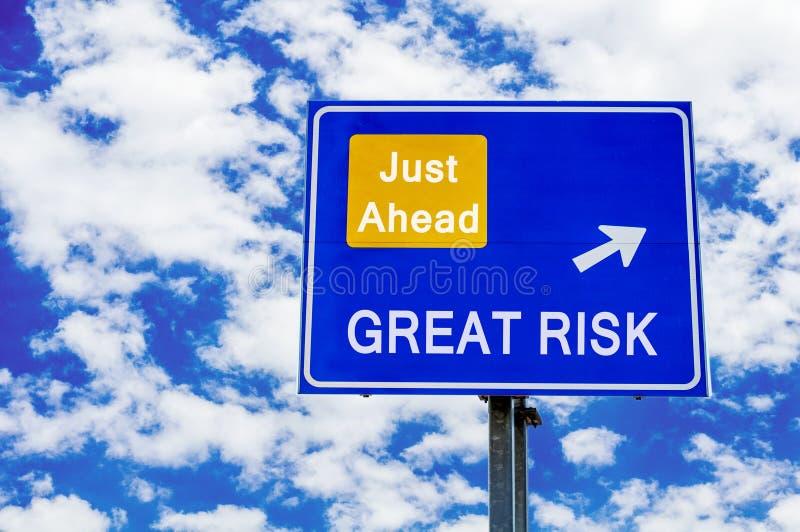 Wielki ryzyko, właśnie naprzód błękitny drogowy podpisuje dramatycznego chmurnego niebo zdjęcia stock