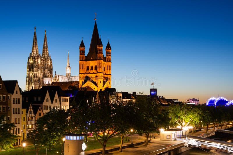 Wielki Saint Martin kościół i Kolonia katedra przy nocą obraz stock