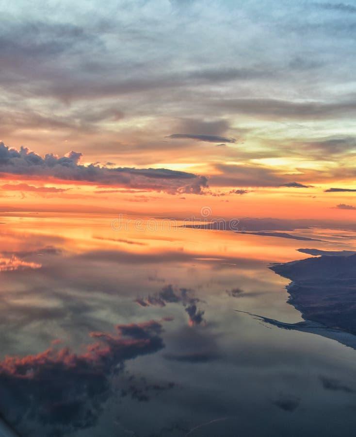 Wielki Salt Lake zmierzchu widok z lotu ptaka od samolotu w Wasatch Skalistym pasmie górskim, ogólnym cloudscape Utah i krajobraz zdjęcia stock
