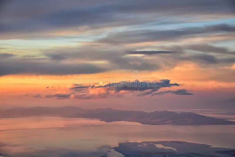 Wielki Salt Lake zmierzchu widok z lotu ptaka od samolotu w Wasatch Skalistym pasmie górskim, ogólnym cloudscape Utah i krajobraz fotografia stock