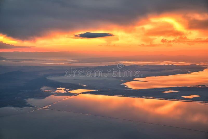 Wielki Salt Lake zmierzchu widok z lotu ptaka od samolotu w Wasatch Skalistym pasmie górskim, ogólnym cloudscape Utah i krajobraz obraz stock