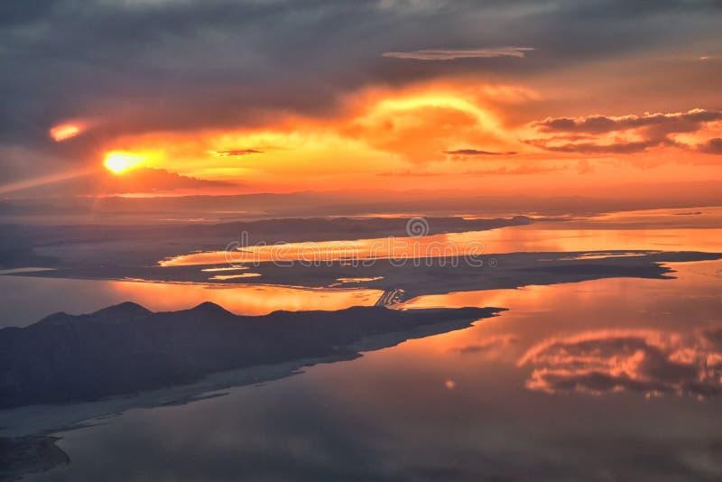 Wielki Salt Lake zmierzchu widok z lotu ptaka od samolotu w Wasatch Skalistym pasmie górskim, ogólnym cloudscape Utah i krajobraz obraz royalty free