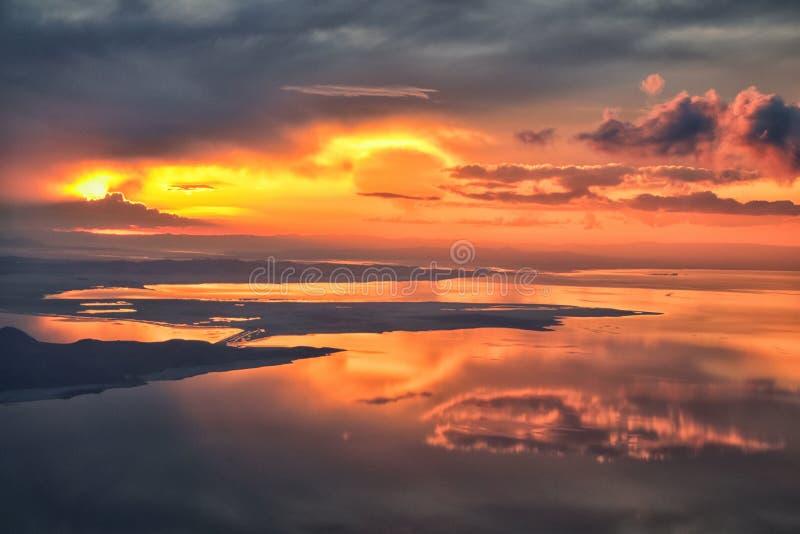 Wielki Salt Lake zmierzchu widok z lotu ptaka od samolotu w Wasatch Skalistym pasmie górskim, ogólnym cloudscape Utah i krajobraz zdjęcia royalty free