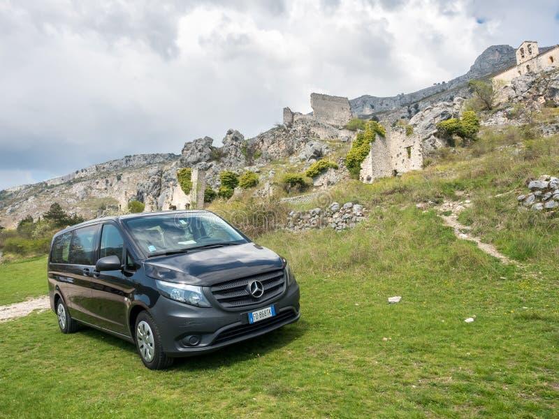 Wielki samochód dostawczy na zielonym wzgórzu w Greolieres fotografia royalty free