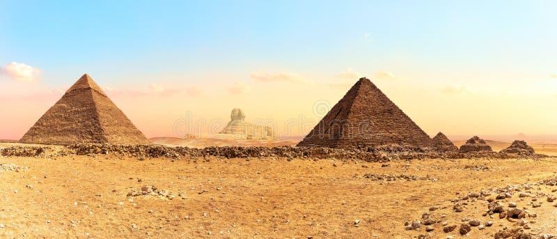 Wielki sfinks między ostrosłupami, panorama strzał, Giza, Egipt obraz stock