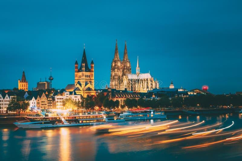 Wielki St Martin kościół I Dom W Kolonia Przy wieczór Z odbiciem W Rzecznym Rhine, Niemcy zdjęcia royalty free