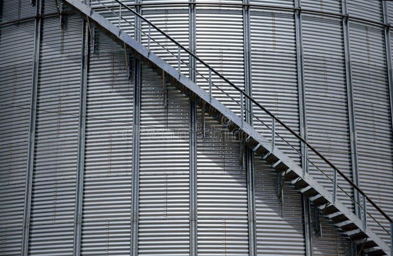 Wielki stalowy rolniczy uprawia ziemię silos z wyginającym się schody zdjęcie royalty free