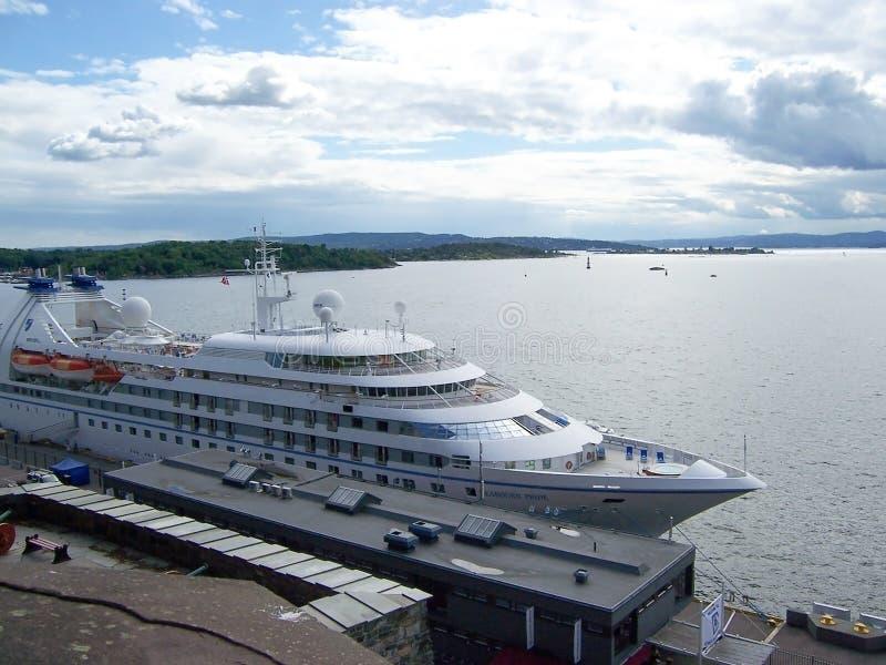 Wielki statek wycieczkowy cumował w porcie Oslo Lipiec, 2007 Oslo, Norwegia obrazy stock