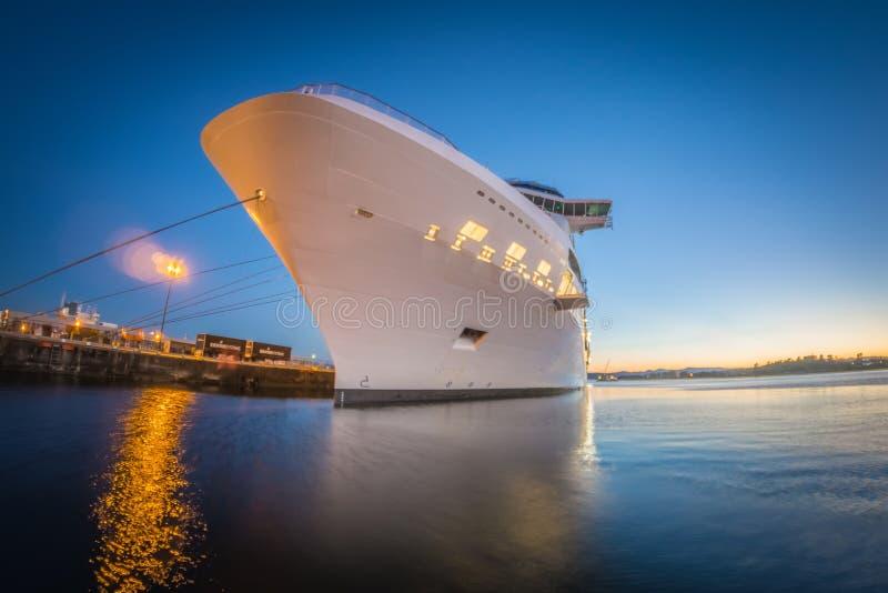 Wielki statek wycieczkowy cumujący przy molem przy zmierzchem obrazy royalty free