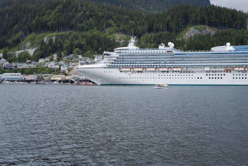 Wielki statek wycieczkowy dokował przy portem Ketchikan, Alaska obrazy stock