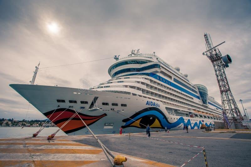 Wielki statek wycieczkowy dokujący przy molem, czeka ustalony żagiel zdjęcia stock