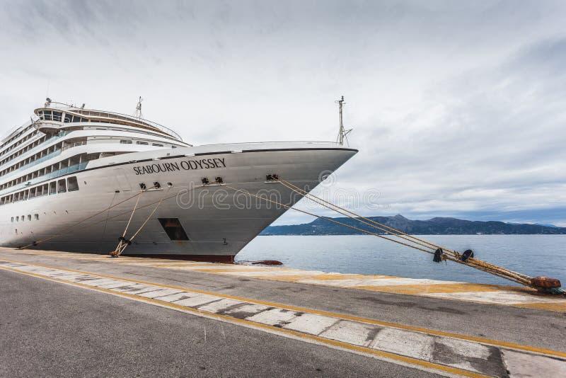 Wielki statek wycieczkowy dokujący przy molem, czeka ustalony żagiel fotografia royalty free