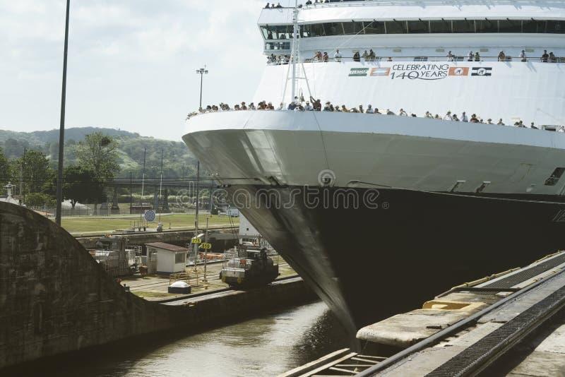 Wielki statku wycieczkowego omijanie Przez Gatun kędziorków Przy Panamskim kanałem obrazy stock
